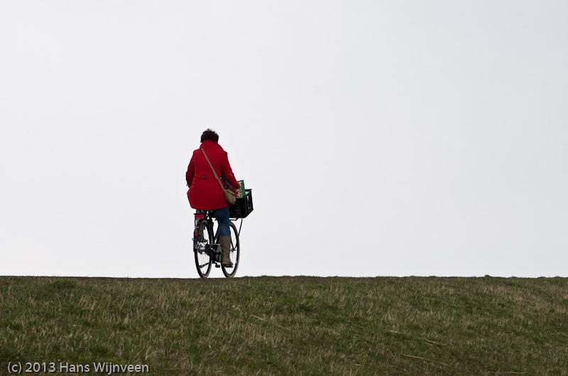 Fiester ploetert tegen de wind in over de dijk